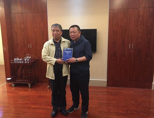 徐东华院长向通州区长陈永红赠送我院编著的《中国装备制造业蓝皮书》